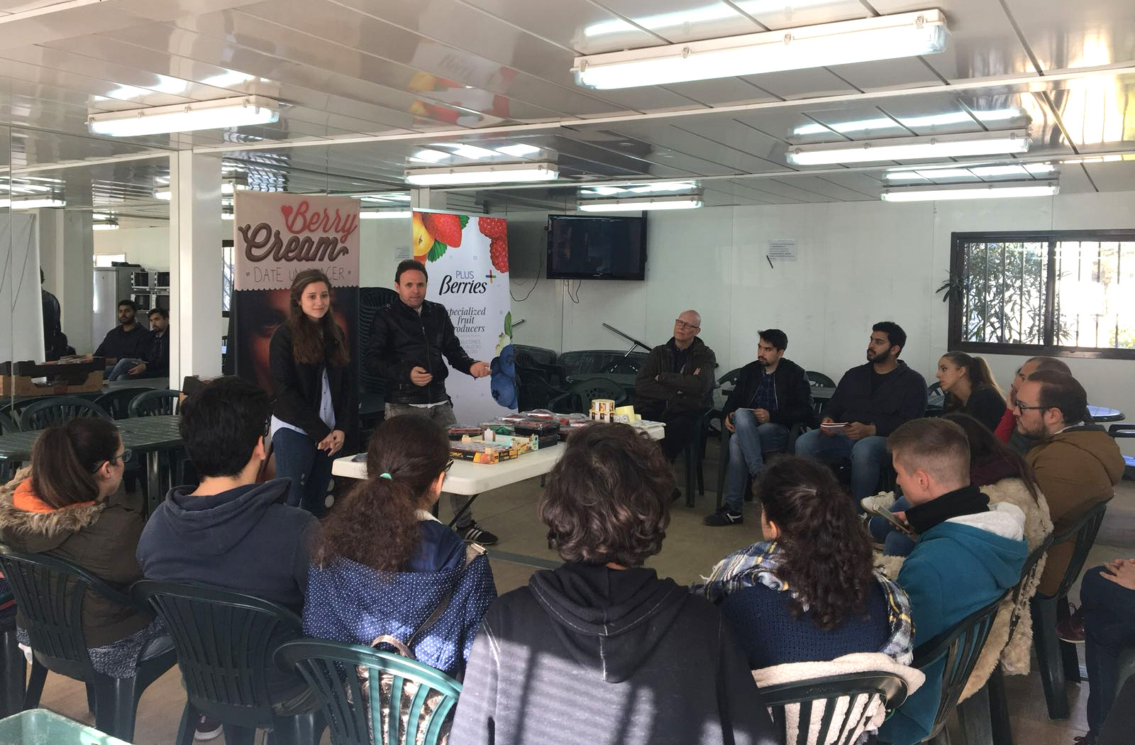 La especialidad de Diseño de Producto de la Escuela de Arte 'León Ortega' visita Plus Berries